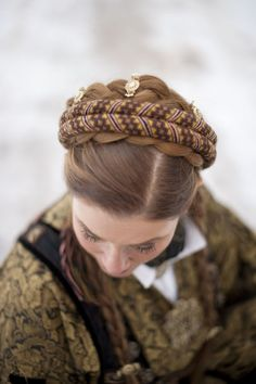 Bunad: Nå får du hårspenner til bunaden - KK Viking Series, Visit Norway, Beige Carpet, Folk Costume, Costumes, How To Clean Carpet, Carpet Runner, Braided Hairstyles, This Or That Questions