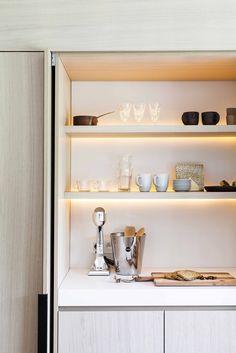 Moderne lichte keuken | houten keuken | licht werkblad | stalen kozijnen | close-up afsluitbare nis in kastenwand...