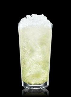 Un rico vodka mojito nos presenta Absolut.  Ingredientes: 4 partes de Vodka Absolut 2 partes de jugo de limón 2 piezas de jarabe simple 6 hojas de menta 1 limón partido en cuatro partes Agua con gas Hielo picado  Preparación: -Tritura en un vaso refrigerado la menta y los limones. Llénalo con hielo picado. -Añade el jarabe y el Absolut Vodka y mezcla. -Rellena con agua con gas.