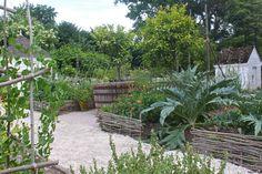 Garden Visit: Secrets of Another Century at Colonial Williamsburg - Gardenista Colonial Garden, Colonial Cottage, Garden Structures, Garden Paths, Garden Tips, Garden Ideas, Farm Gardens, Outdoor Gardens, Cottage Gardens