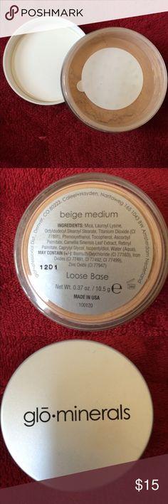 GLOMINERALS LOOSE BASE Color is beige medium Makeup Foundation