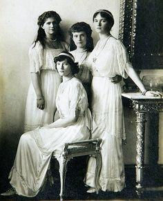 Grã-duquesas Marie,Tatiana (sentada), Anastasia e Olga Nikolaevna da Rússia, em 1914, Palácio de Inverno.