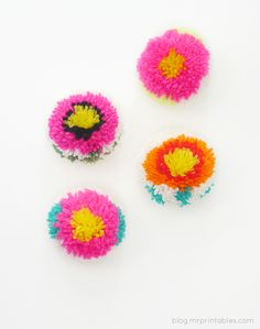A surprise in the center- pompoms with a DIY pompom maker - Tutorial The perfect finishing touch for my sky chart.