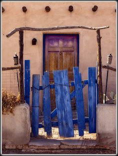 the wobbly romance of Santa Fe style . repetition of primitive organic themes: the unique visual impact of the southwestern hand made in magical colors of the earth and sky . the artistic and charming entrance in Las Cruces By Mike Jones Southwest Art, Southwest Style, Old Doors, Windows And Doors, Ideas Cabaña, New Mexico Style, Adobe House, Santa Fe Style, Door Gate