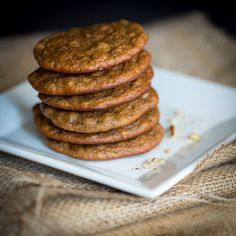 Almond butter banana cookies 3 medjool dates, pits removed (52 grams) 2 ripe bananas (178 grams) 1/2 cup of almond butter (120 grams) 1 egg (58 grams) 1/2 teaspoon lemon extract (or vanilla extract) 1/2 teaspoon nutmeg 1/4 teaspoon ground cloves 1/2 teaspoon baking soda 1/2 cup crushed pecans (50 grams)