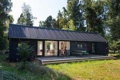 klimat, osadzenia w zieleni, idea blisko naszego domu, tylko elewacja nie moze być ciemna. Style At Home, Modern Barn, Modern Farmhouse, House Cladding, Shed Homes, Home Fashion, Black House, Exterior Design, Future House