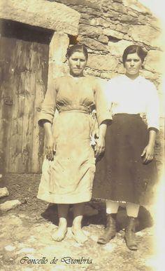 Dúas mulleres, unha descalza nun día de traballo. Cedida por Ezaro.com