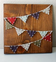 Website about String Art Crafts. We post ideas, tutorial, videos, free patternas and templates to make DIY String Art. String Wall Art, Nail String Art, Diy Wall Art, Wall Decor, Crafts To Make, Arts And Crafts, Diy Crafts, Arte Linear, Diy Cadeau