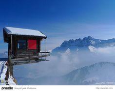 """Adımınıza Dikkat Edin. İsviçre Alpleri'nden bir manzara. Fotoğrafı çeken National Geographic fotoğrafçısı """"Malesef bu kulübe hakkında hiç bilgi edinemedim"""" demiş."""