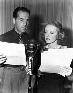 """""""Humphrey Bogart y Bette Davis participar en el Command Performance USO para mantener la moral pública a la guerra de 1943."""""""