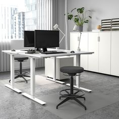 SKARSTA Desk sit/stand, beige, white, 47 Changing positions from sitting to standing is good for you, and the crank handle allows you to work your arms while adjusting the height. Moving your body makes you both feel and work better. Sit Stand Desk, Sit To Stand, Home Desk, Home Office Desks, Office With Two Desks, Desk For Two, Ikea Office, Small Space Office, Office Workstations