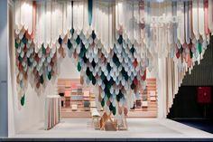 A Kortrijk XPO, negli spazi della fiera si distingue l'allestimento pensato dai designer israeliani con base a Londra Raw-Edges per Kvadrat. 'PicNic' - questo è il titolo - è un modo semplice ma efficace di raccontare i tessuti dell'azienda danese. Racchiude lo stand in un involucro mobile e sospeso che ha qualcosa di legato al mondo animale. Lingue o squame colorate, origami morbidi che giocano con gli occhi e con la percezione.