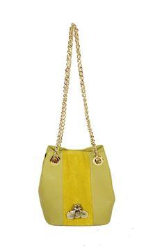 Bucket pequeño piel vinaigrette y tira central serraje soleil con insecto de latón. Fornituras doradas