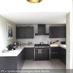 Minimalistisch von vorne bis hinten ist diese Küche gestaltet. Nicht nur die Formen sind absolut schlicht, auch farblich wurde die Küchenzeile in Grau-Weiß…