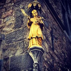 Nepomuk! Kennste? Kennste!  Der Heilige St. Nepomuk am Haus Löwenstein. #aachen #Markt #aachenermarkt #stnepomuk #hausloewenstein #1747#carolusmagnus #architecture #architektur #statue #gold #glanz #history #historie #aixlachapelle #kleriker #johannvonnepomuk