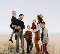 Got to hang out with one of my favorite families last night! They braved the freezing cold winds and looked so so so good doing it. But for real, how amazing is their style? Also they just announced that baby number 5 is on the way and I'm so thrilled! Family Portrait Outfits, Fall Family Portraits, Fall Family Photo Outfits, Summer Family Photos, Fall Family Pictures, Family Posing, Country Family Photos, Family Pictures What To Wear, Vintage Family Photos