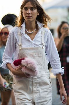 Dressed-up white overalls + a bold, furry bag: Alexa Chung and more street style at London Fashion Week ファークラッチ Alexa Chung Style, Estilo Jane Birkin, Fashion Week, Love Fashion, White Overalls, Looks Chic, Street Chic, Spring Summer Fashion, Spring 2015