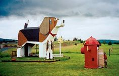 beagle house ~ saw this on Dave Gorman's America Unchained. It's a hotel in Idaho, run by a man and his wife. They both like to carve small, wooden dogs and have hundreds of them around their workshop and the beagle shaped hotel (which has a bedroom in the head and one in the belly!)