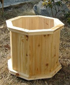 DIY & Home Project. If you want to grow some plants or vegetables in your yard, first you are going to need some good planter boxes. DIY planter box designs, plans, ideas for vegetables and flowers Wood Pallet Planters, Cedar Planters, Outdoor Planters, Wood Pallets, Raised Planter Boxes, Wooden Planter Boxes, Diy Planter Box, Planter Box Designs, Wooden Projects