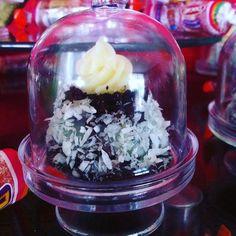 Baby cake prestígio na mini boleira. #bolos #vanessisses #doces #minibolo
