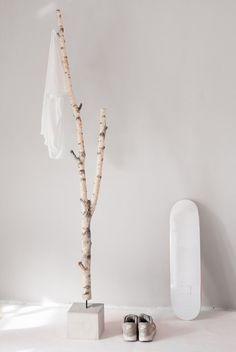 natürliche Garderobe aus Birke und Beton