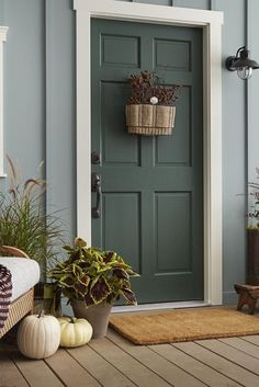 Sure, you should never judge a book by its cover, but we'd forgive you for judging a home by its front door color. These 25 ideas go way beyond basic brown and black. Best Front Door Colors, Green Front Doors, Front Door Paint Colors, Painted Front Doors, Front Door Design, Paint Colors For Home, Front Door Decor, Exterior Gris, Exterior Door Colors