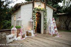 Εξωτερικός στολισμός εκκλησίας με λουλούδια και διακοσμητικά στοιχεία από το Κουτί Ονείρων. Δείτε περισσότερα στο www.GamosPortal.gr!
