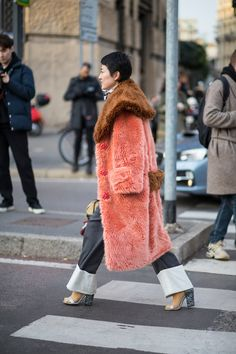 Street Style Milan Fashion Week 2018 this coat is fabulous faux fur teddy style coat in blush pink and peach color with brown collar oversize collar coat in brown fur faux fur long coat in peach color wide leg denim pants Milan Fashion Week Street Style, Fashion Week 2018, Looks Street Style, Street Style Trends, Milan Fashion Weeks, Autumn Street Style, Cool Street Fashion, Street Chic, Paris Fashion