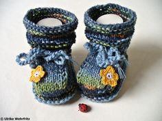 Die Babyschuhe sind mit 5 Nadeln garantiert per Hand gestrickt, also ohne Naht.   Sie sind aus Sockenwolle gearbeitet.  Durch den bereits vorgegebenen