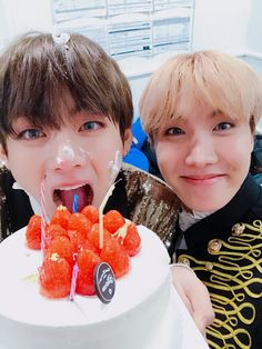 """161230 Hoseok's Tweet """"나랑 셀카 찍자 축하해 울 태형이 #태형생일ᄎᄏ """" Take a selca with me. Happy birthday our Taehyungie. #HappyBirthdayTaehyung """"Trans cr: Kylie @ bts0726 © Please credit when taking out """""""