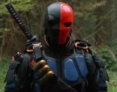 Even though the DC Comics super-assassin's presence is felt from the very beginning of the show, Deathstroke wasn't meant to debut in Arrow. Cosplay Deathstroke, Deathstroke Arrow, Deathstroke The Terminator, Deathstroke Halloween, Dc Comics, Flash Comics, Arrow Slade, Airsoft, Mafia