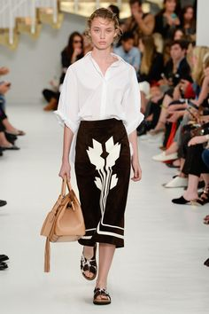 Fashion Week Milan Spring/Summer 2018 look 28 from the Tod's collection womenswear Vogue Fashion, Runway Fashion, High Fashion, Fashion Outfits, Fashion Week 2018, Milano Fashion Week, Spring Summer 2018, Spring Summer Fashion, Dries Van Noten