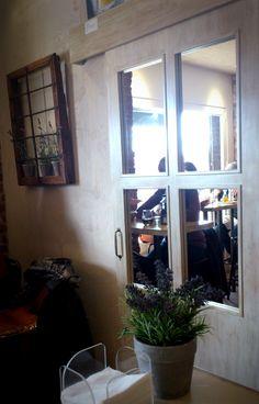 Ventanuco, plantas, cuarterones de espejo en puerta corredera (Moreto, Madrid).