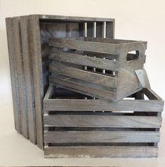 3 stk. lysegrå trækasser   Produkter   Fletkurve & Bokse   3 forskellige størrelser Stor: 32x26x16cm Mellem: 26x20x14cm Lille: 22x14x12cm   Maggies.dk
