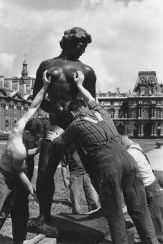 Robert Doisneau, Venus prise à la gorge, Paris, 1964 © Atelier Robert Doisneau tag: sculpture