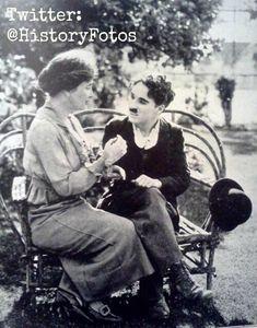Helen Keller enseñándole a Charlie Chaplin el alfabeto de manos, 1919.
