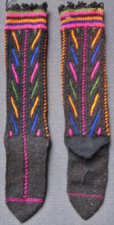 Traditional hand-knitted woollen socks, for men.  From Belkis köyü (Serik district, East  of Antalya).  Late 20th century.  Ethnic goup: Yörük.  (Inv.nr. çor067- Kavak Costume Collection - Antwerpen/Belgium).