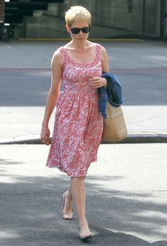 Michelle Williams Takes Care of Summertime Business in NYC Michelle Williams Pixie, Michele Williams, Love Her Style, Cut And Style, Pixie Cut Styles, Pixie Cuts, Vip Fashion Australia, Gamine Style, Fashion Pictures