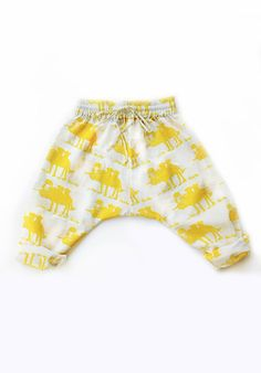 Super comfy sarouel pants.The waistband is elastic and has an independent belt to tie.This season all small baby sizes will have an elastic bobbin waist,which is very soft and elastic for kids bellies! 100% organic cotton