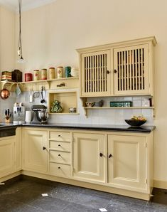 #keuken #landelijkwonen #keukeninspiratie #keukenideeen #nostalgisch #mertenskeukenambacht #handgemaakt #voorbeelden #keukenopmaat Kitchen Styling, Kitchen Cabinets, 1930s Kitchen, Farmhouse, Home Decor, Style, Swag, Decoration Home, Room Decor