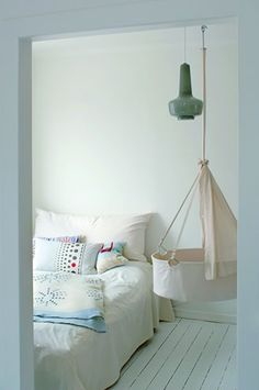 35 Suspended Cradles, Modern Baby Room Ideas and Inspirations for DIY Hanging Beds hanging bassinet! Hanging Bassinet, Hanging Cradle, Hanging Crib, Diy Hanging, Airy Bedroom, White Bedroom, Baby Hammock, Baby Bassinet, Baby Crib