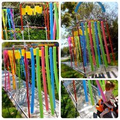 Nada melhor para divertir as crianças num dia quente, que esse lava jato. Você pode reutilizar canos de PVC, esponjas e espaguetes de espum...