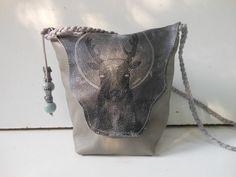In samen werking met Daphne is deze tas tot stand gekomen. Echt leer met opdruk. JANET Handgemaakte tassen op FB.