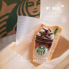 ❤️ Starbucks Coffee in Icing Cookie Version☕️ ☺️ スタバコーヒーのアイシングクッキーです〜♪ ❤️ รับกาแฟสักแก้วมั้ยคะ  #songsweetsong Zakka style cutlery by @sweetenupfactory