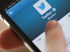 Twitter activa el nuevo 'Timeline' para todos (pero te decimos cómo desactivarlo)   Tal como prometió la red social ha comenzado a mostrar por defecto tuits con base en los gustos del usuario y no por orden cronológico. Que no cunda el pánico! Te decimos cómo volver al 'Timeline' tradicional.  Lo prometido es deuda.  Esta semana algunos usuarios en Twitter están notando que el nuevo Timeline que ordena los tuits por relevancia ya está activado en sus cuentas por defecto. Esto quiere decir…