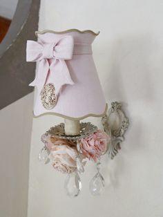 Abat-jour gustavien avec  petit nœud et camée. Applique patinée lin ornée de roses en papier. Shabby chic lampshade