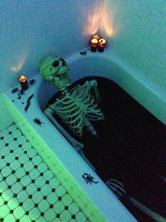 Skeleton in a bloody bathub. Fill tub with water and add in red Washable Tempera Paint until you achieve the look you're going for. Halloween Bathroom, Halloween Party Themes, Halloween Kostüm, Halloween Birthday, Halloween Costumes, Insane Asylum Halloween, Helloween Party, Skeleton, Jars