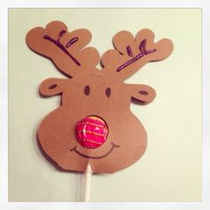 Dat zijn nog eens lekkere kerstkaartjes of kersttraktaties! Rudolph het rendier. En zijn rode neus? Dat is een chup-a-chup lolly.