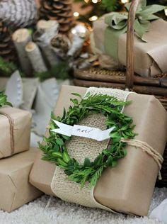 emballage cadeau original pour Noël avec toile de jute et couronne verte