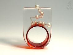 Round view – abstract pearl ring with real white pearls on a silver wire and a red ring made of resin ///// © Isabell Kiefhaber http://www.geschmeideunterteck.de
